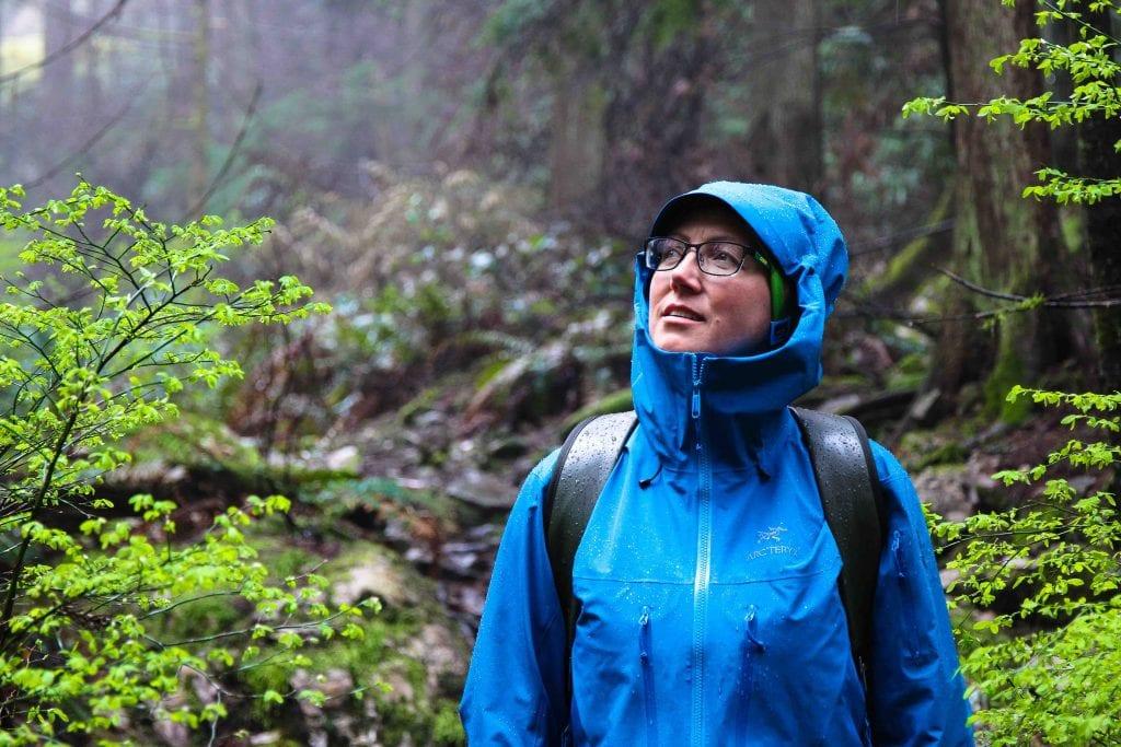 Frau in Outdoorjacke Arcteryx bei Regen