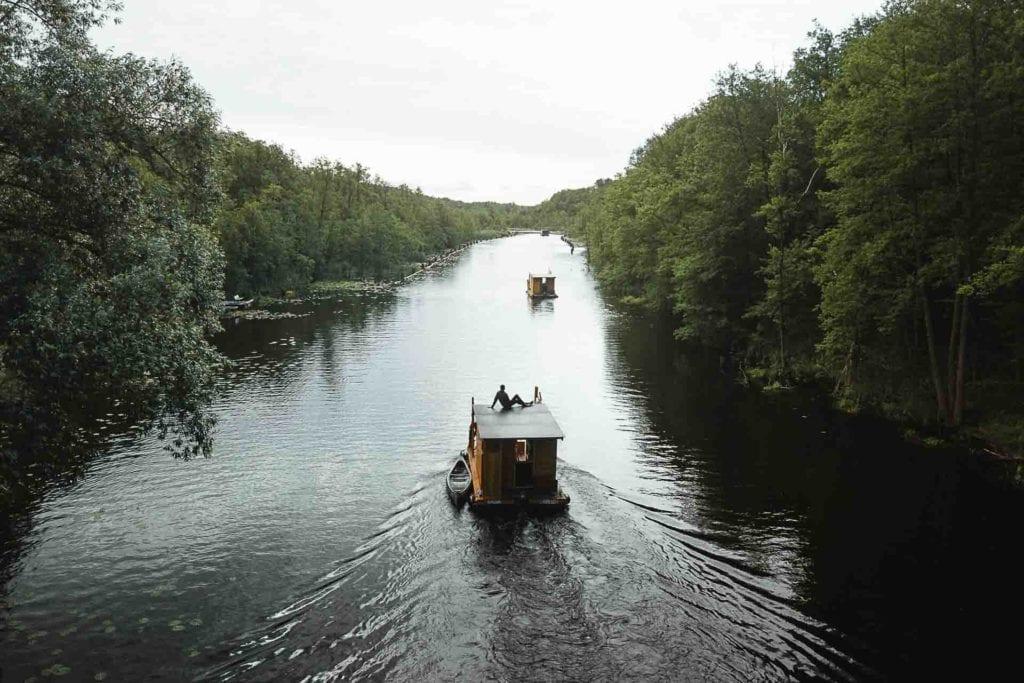 Hausboot auf der Mecklenburgischen Seenplatte im Rahmen der Nahweh-Kampagne von Globetrotter Ausrüstung mit Manuel Dietrich und Bettina.
