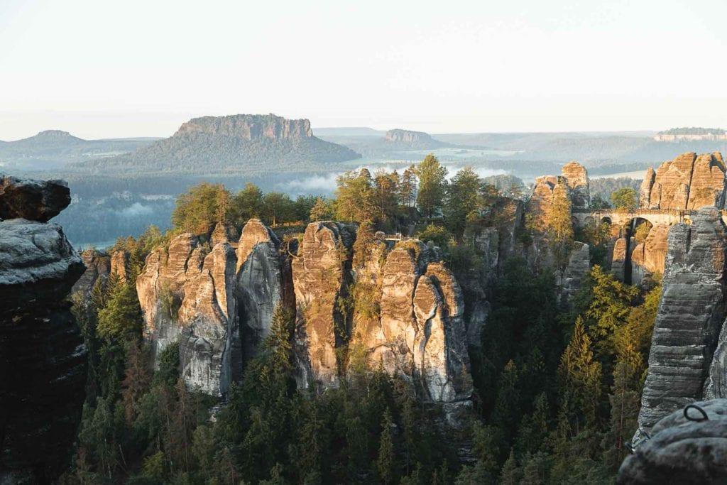 Bastei in der Sächsischen Schweiz, aufgenommen von Manuel Dietrich während der Nahweh-Kampagne von Globetrotter Ausrüstung. Im Hintergrund erheben sich die Gesteinsformationen der Region.