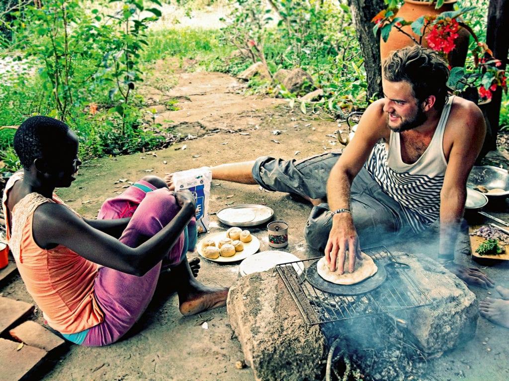 Chapatis werden am Mount Kenya bebacken.