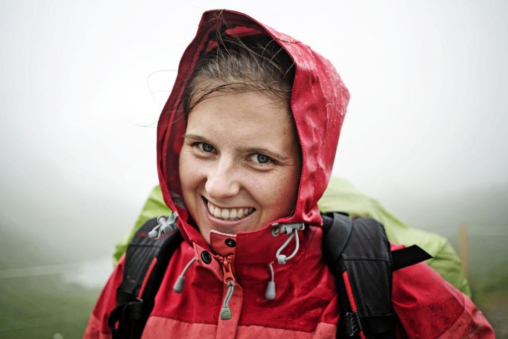 Kaufberatung Wetterschutz: Das Wetter in den Bergen ist unberechenbar, hier sollte der Regenschutz leicht sein und sich gut im Rucksack verstauen lassen.