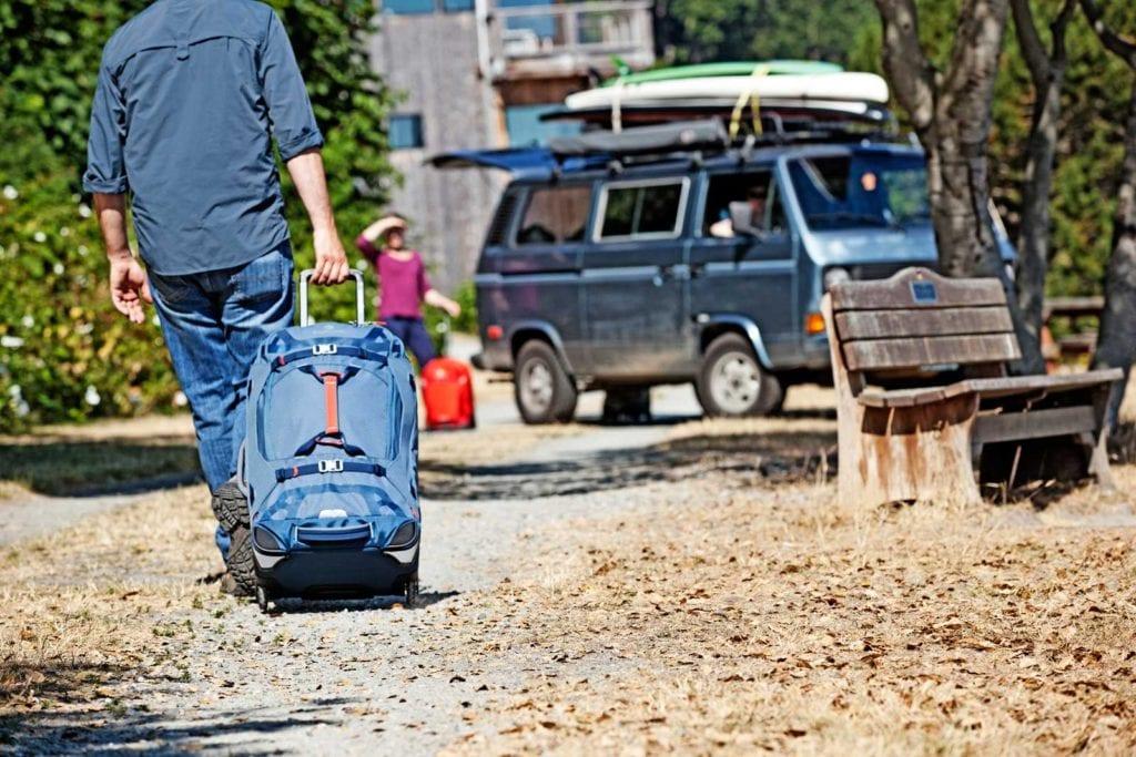 Hochwertige Reisetaschen mit großen Rollen lassen sich auch einmal über einen Schotterweg ziehen.