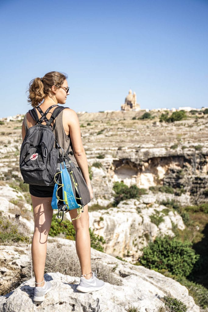 Hochgefühle: Paula über dem Klettergarten Mgarr ix-Xini auf Gozo.