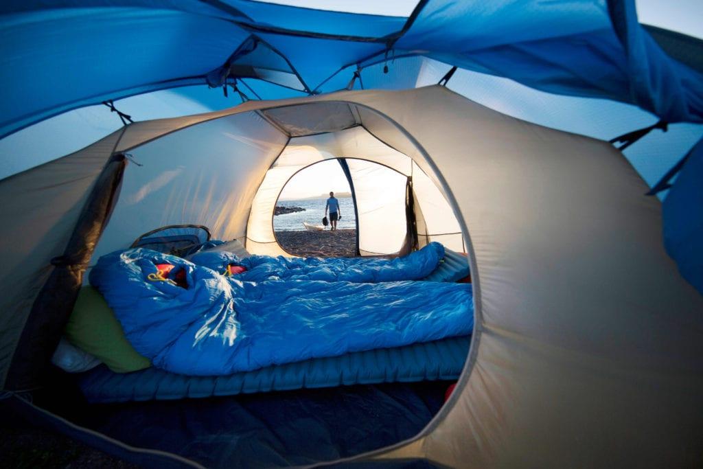 Schlafsäcke in eine Zelt.