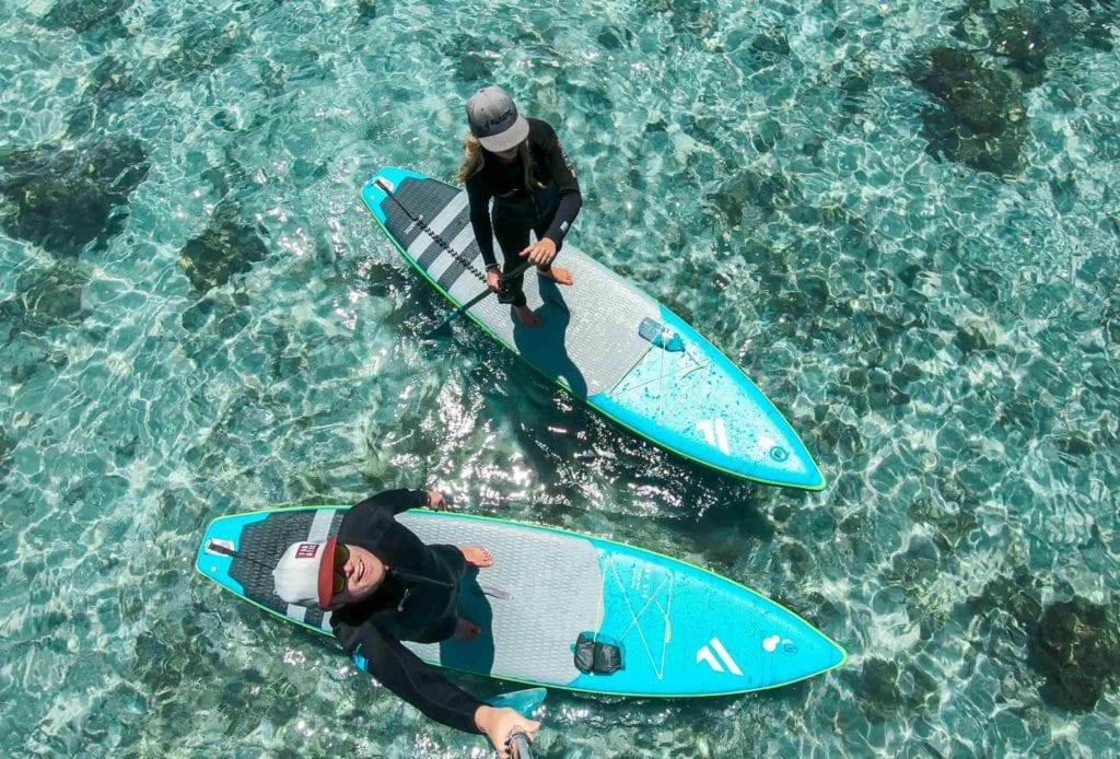 Zwei SUPs und Personen im Wasser am White Haven Beach
