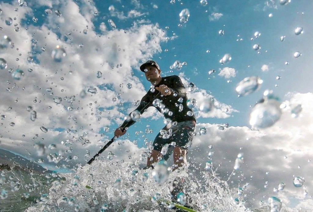 Surfer mit dem SUP auf Maui