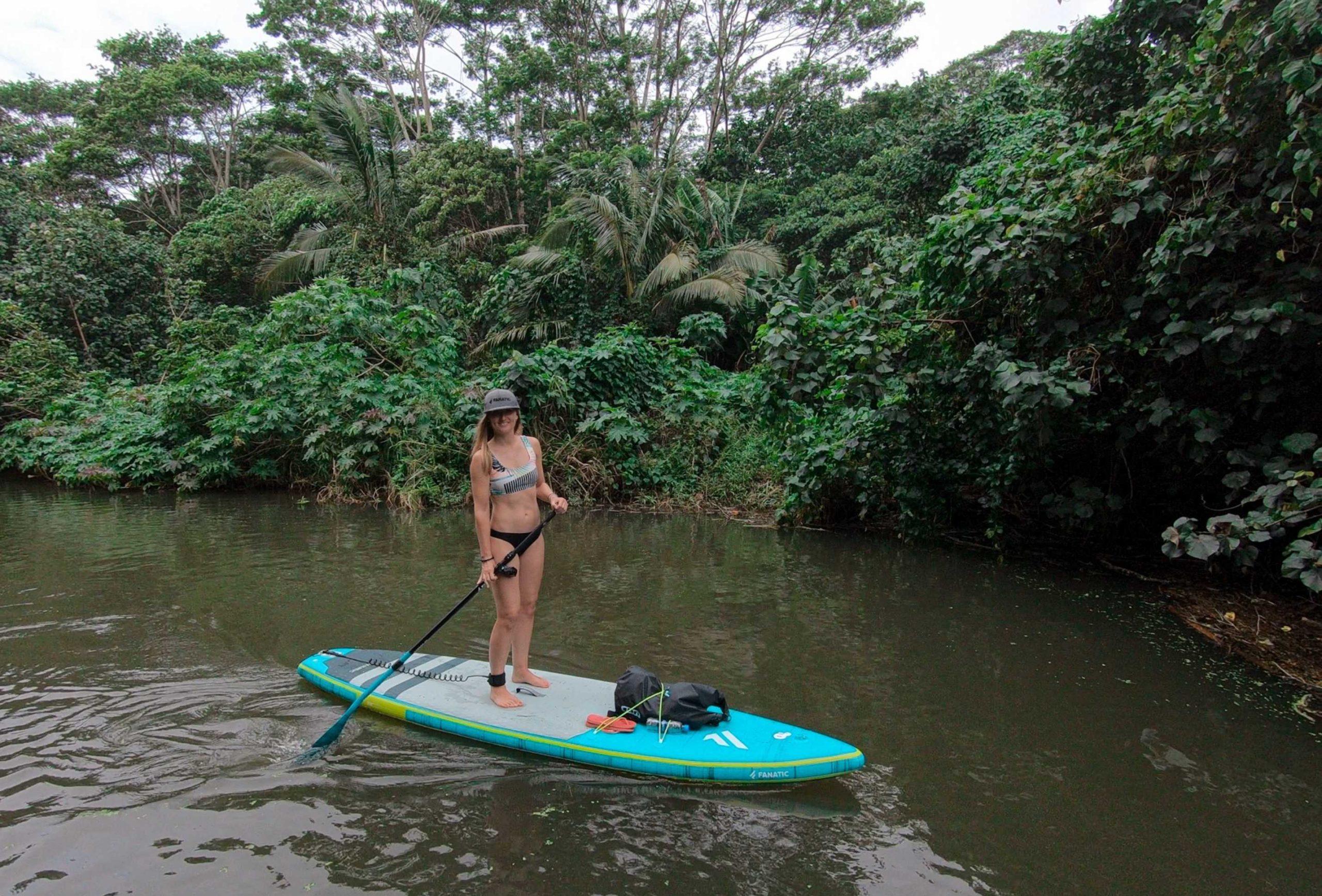 Frau auf dem SUP auf Kaui