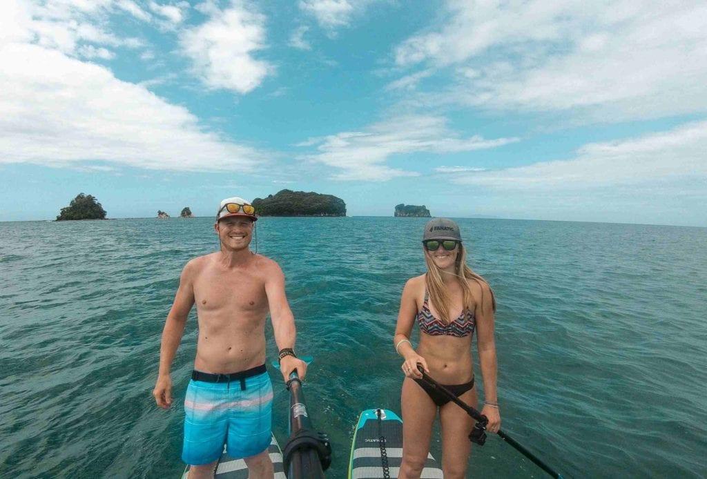 Mann und Frau auf SUPs bei Donut Island