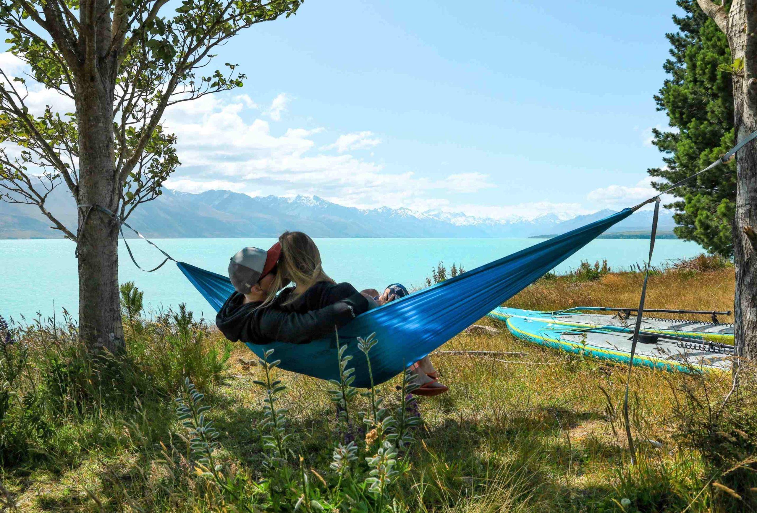 In der Hängematte auf den Lake Pukaki schauend