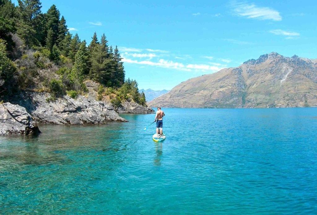Mann auf dem SUP auf dem Lake Wakatipu