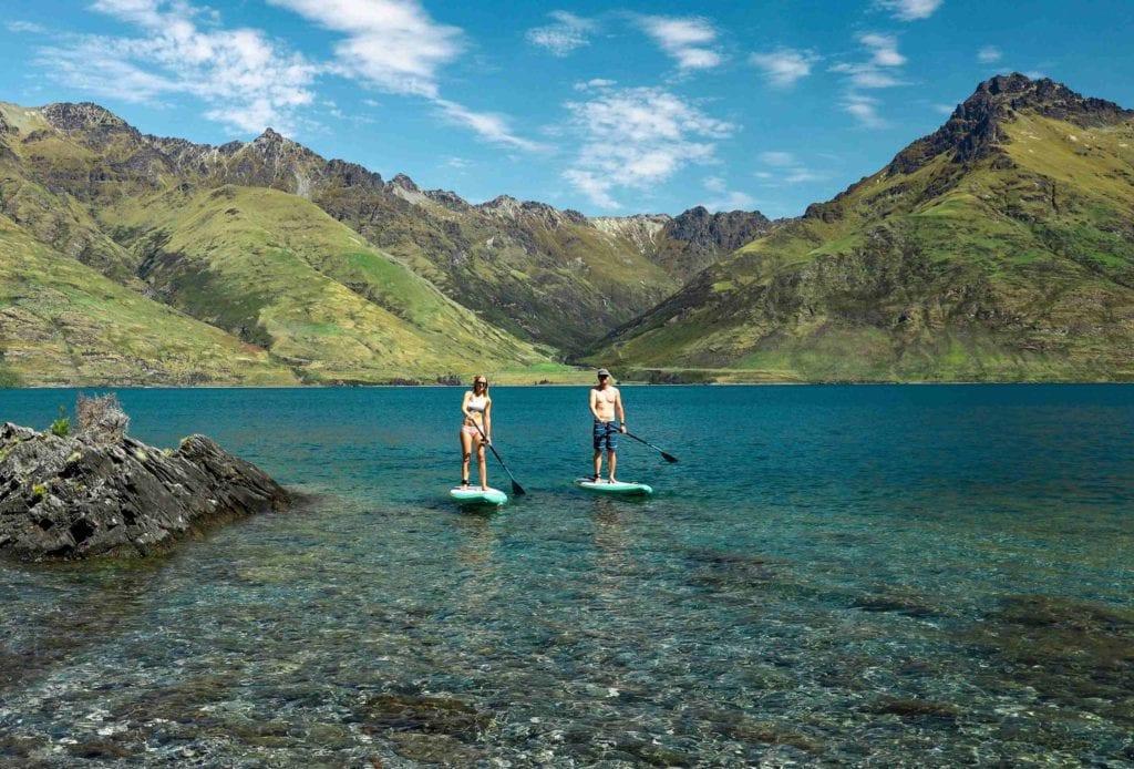 Mann und Frau auf dem SUP auf dem Lake Wakatipu