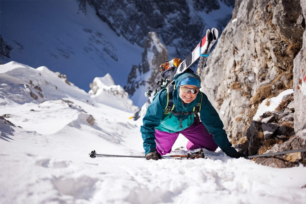 Skitourengeherin im Klettersteig.