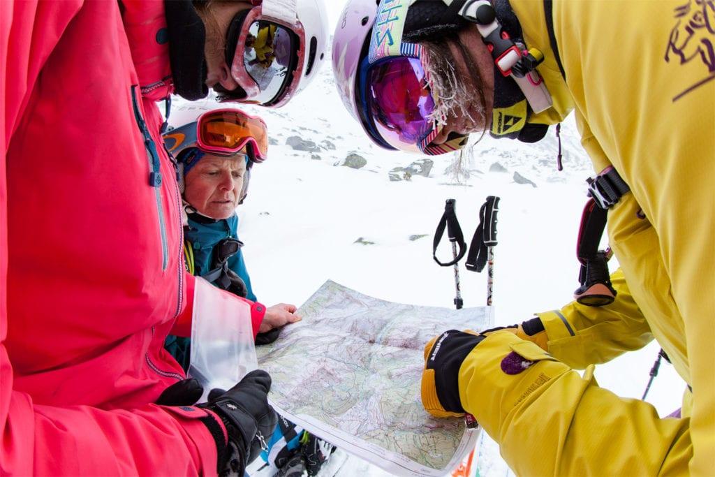 Routenplanung mit Karte beim Skifahren