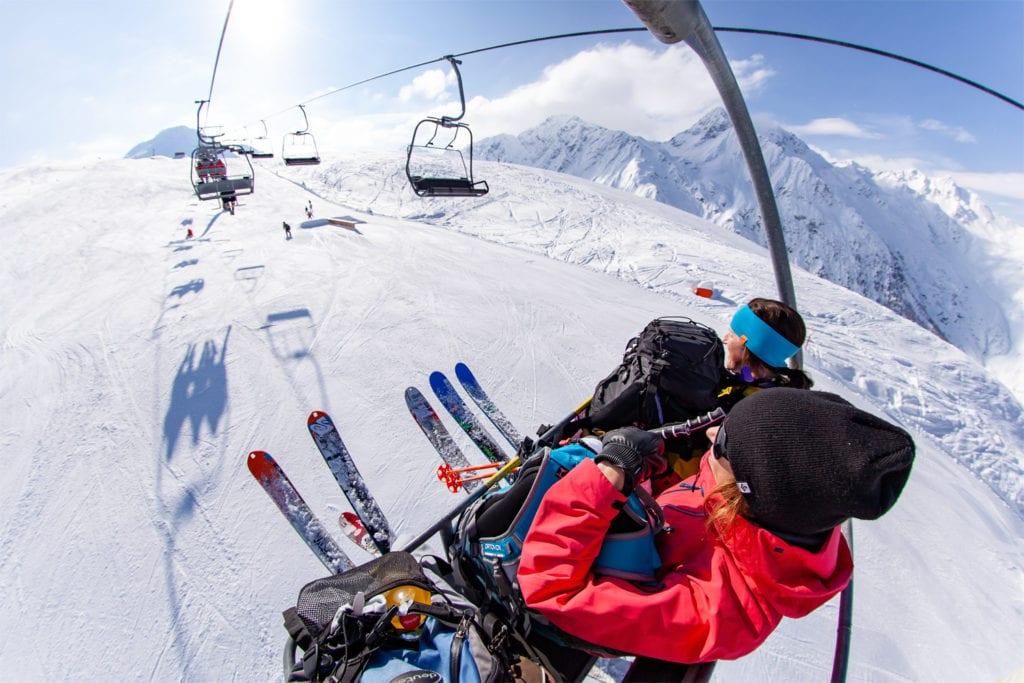 Zwei Skifahrerinnen im Sessellift.