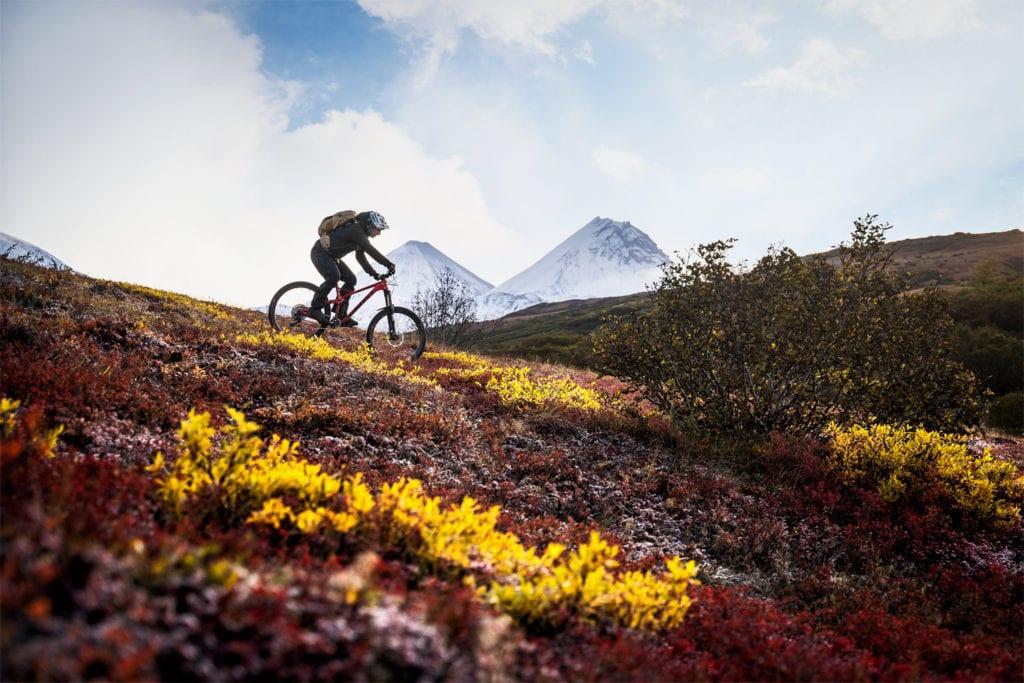 Mountainbiker im herbstlichen Kamtschatka.