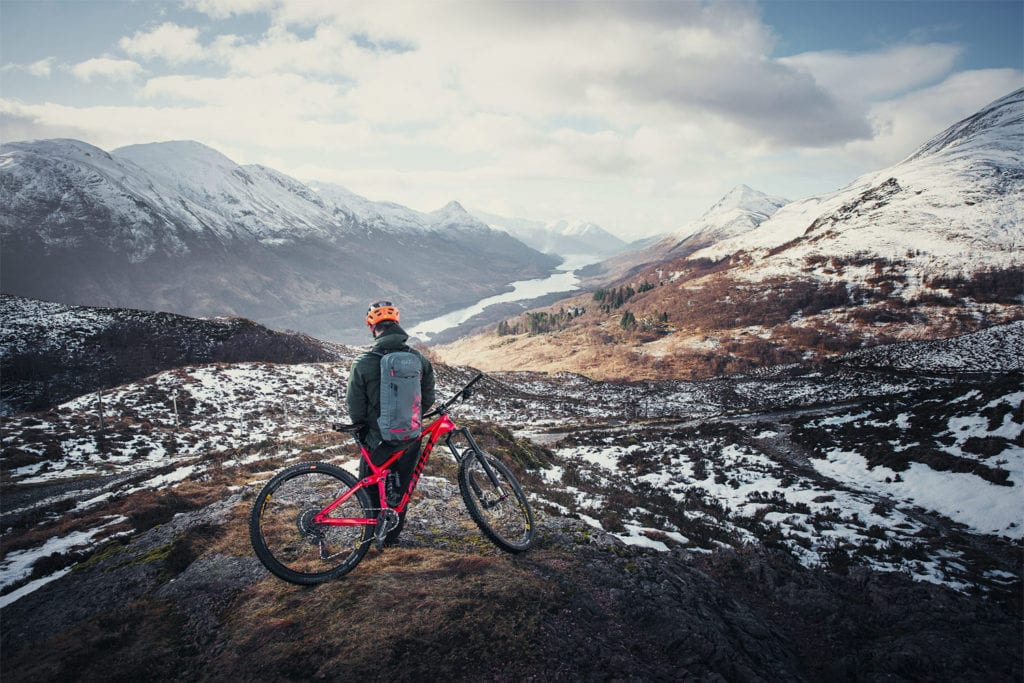 Mountainbiker im verschneiten Schottland.