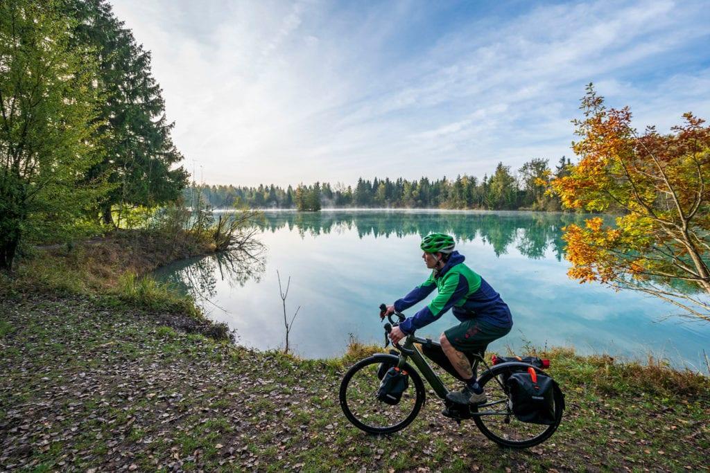 Bikepacker am Auensee bei Augsburg