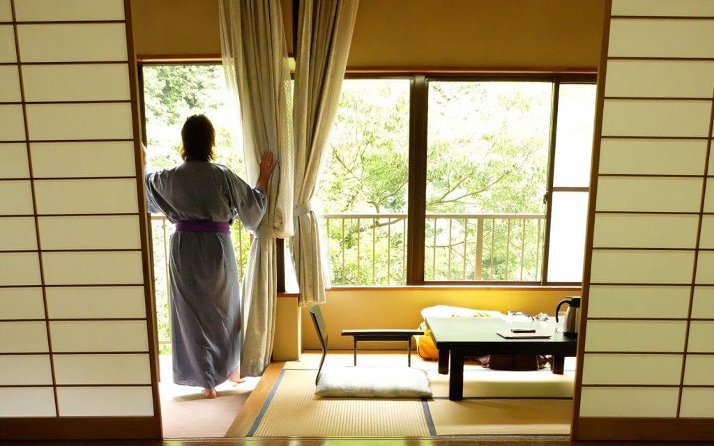 Frau in einem Ryokan in Japan