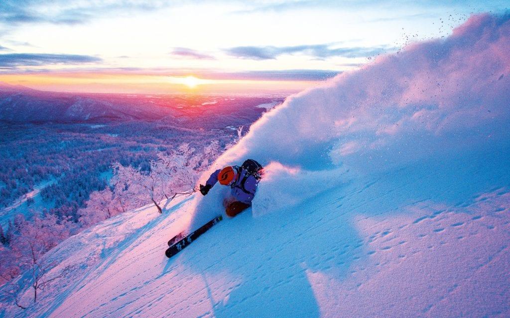 Skifahrer im Tiefschnee von Hokkaido in Japan.