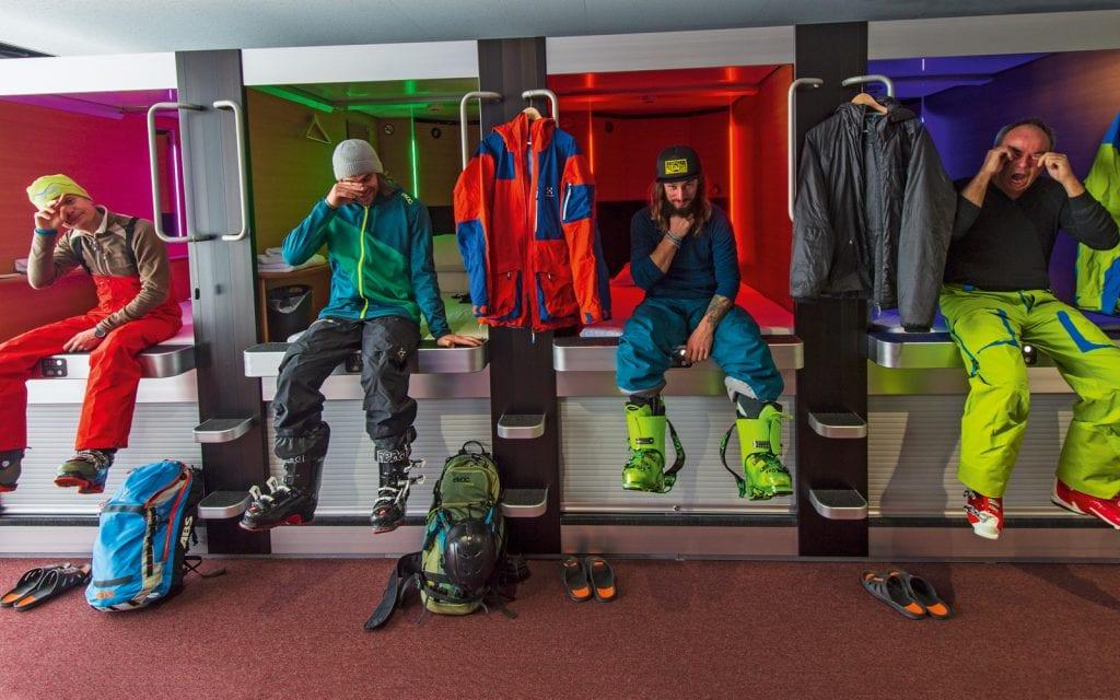 Skifahrer in einem Kapselhotel in Japan
