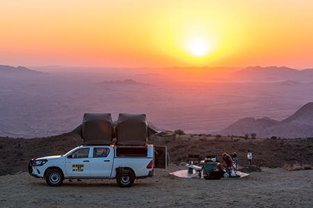 Dachzelt-Camp in Namibia bei Sonnenuntergang