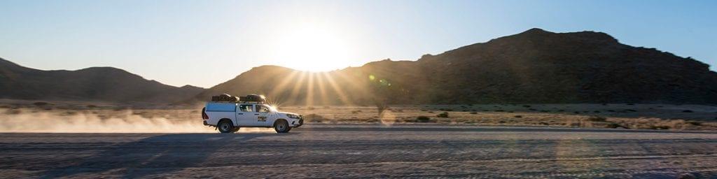 Mit dem 4x4-Mietwagen auf einer namibischen gravel road