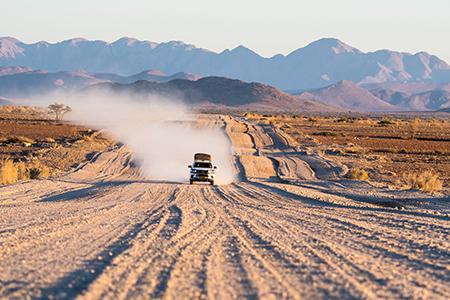 Mit dem Mietwagen über eine namibische Schotterpiste