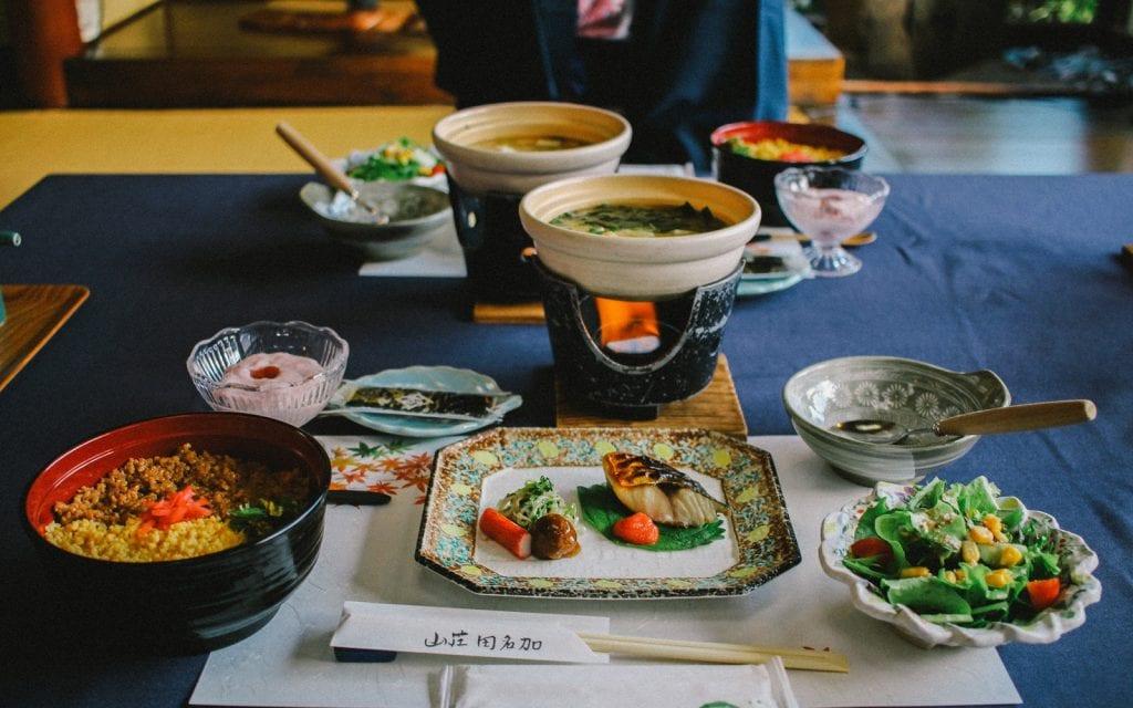 Essen in einem Ryokan während einer Japanreise