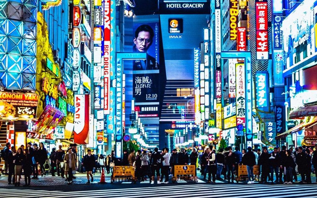 Menschen in den Straßen von Tokio in Japan