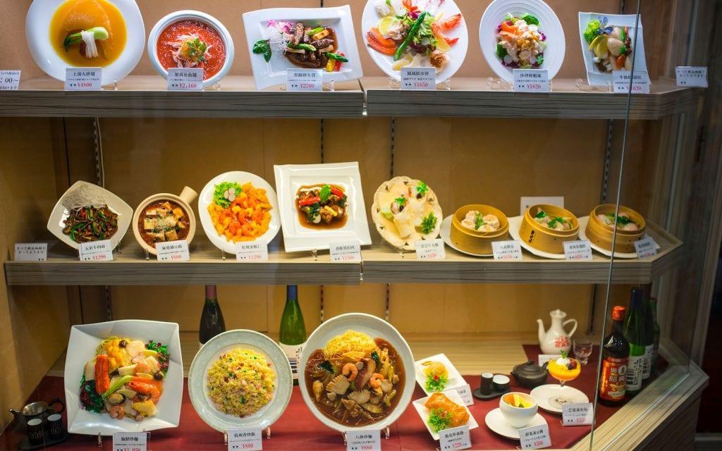 Beispielgerichte in einem Schaufenster während einer Japanreise