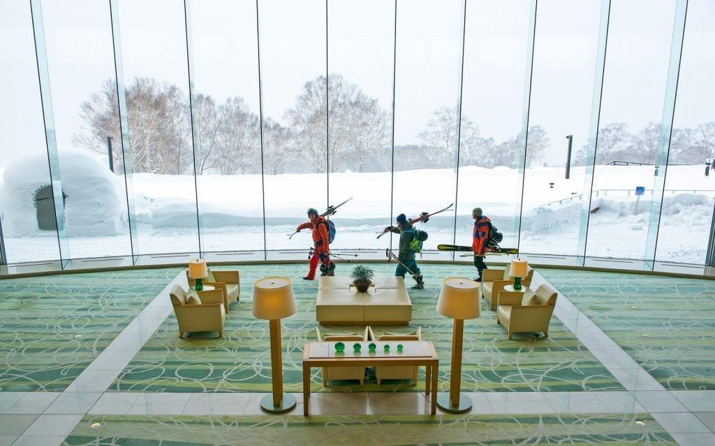Skifahrer in einem Luxushotel auf Hokkaido in Japan