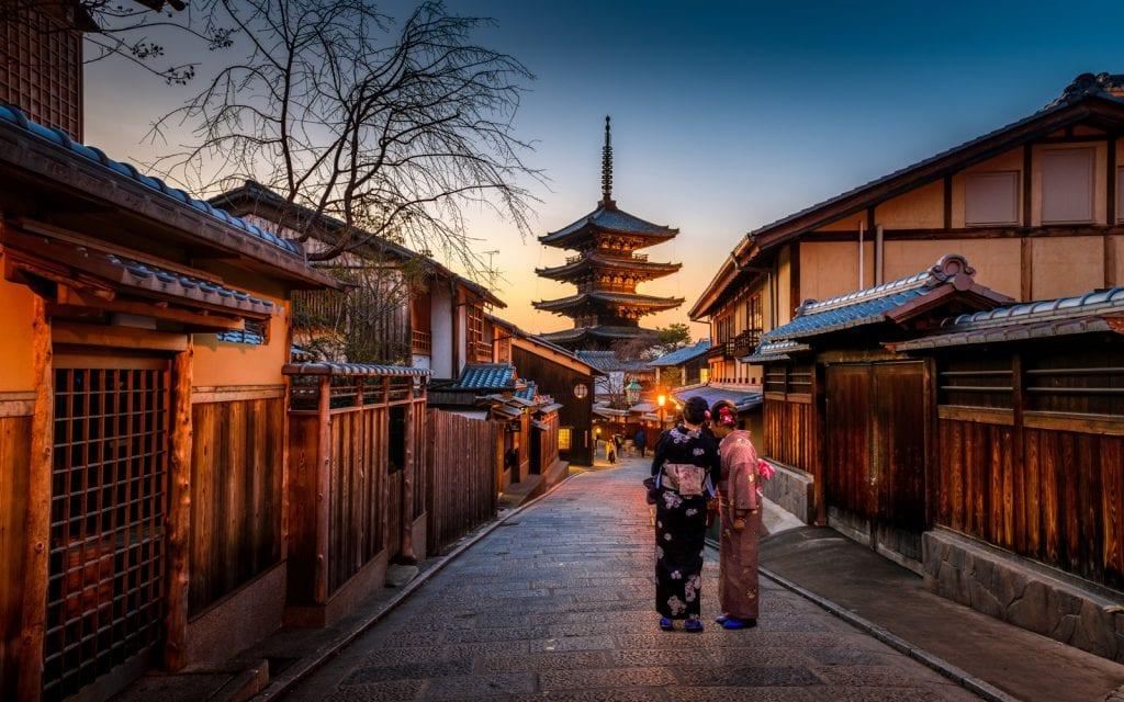 Zwei Frauen im Kimono in den Straßen von Kyoto, Japan.