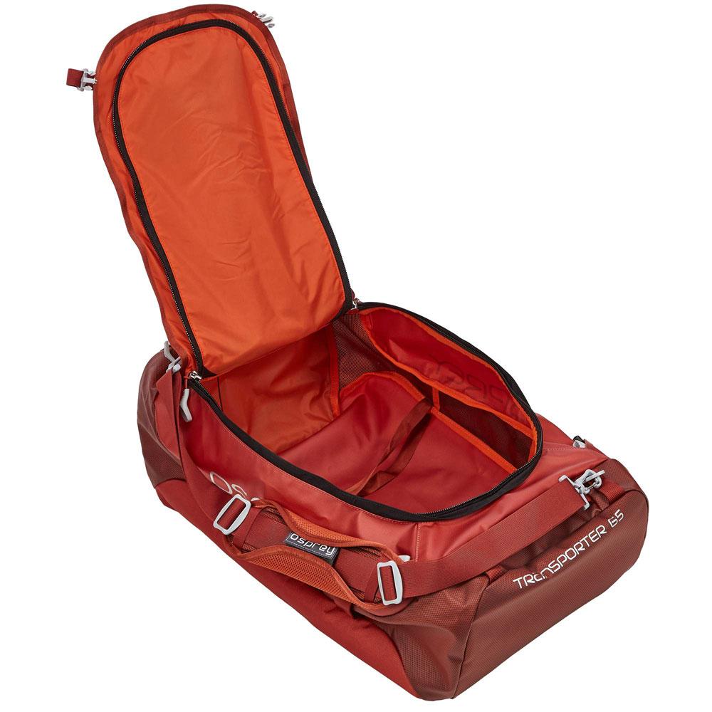 Eine geöffnete Reisetasche als Reisegepäck.