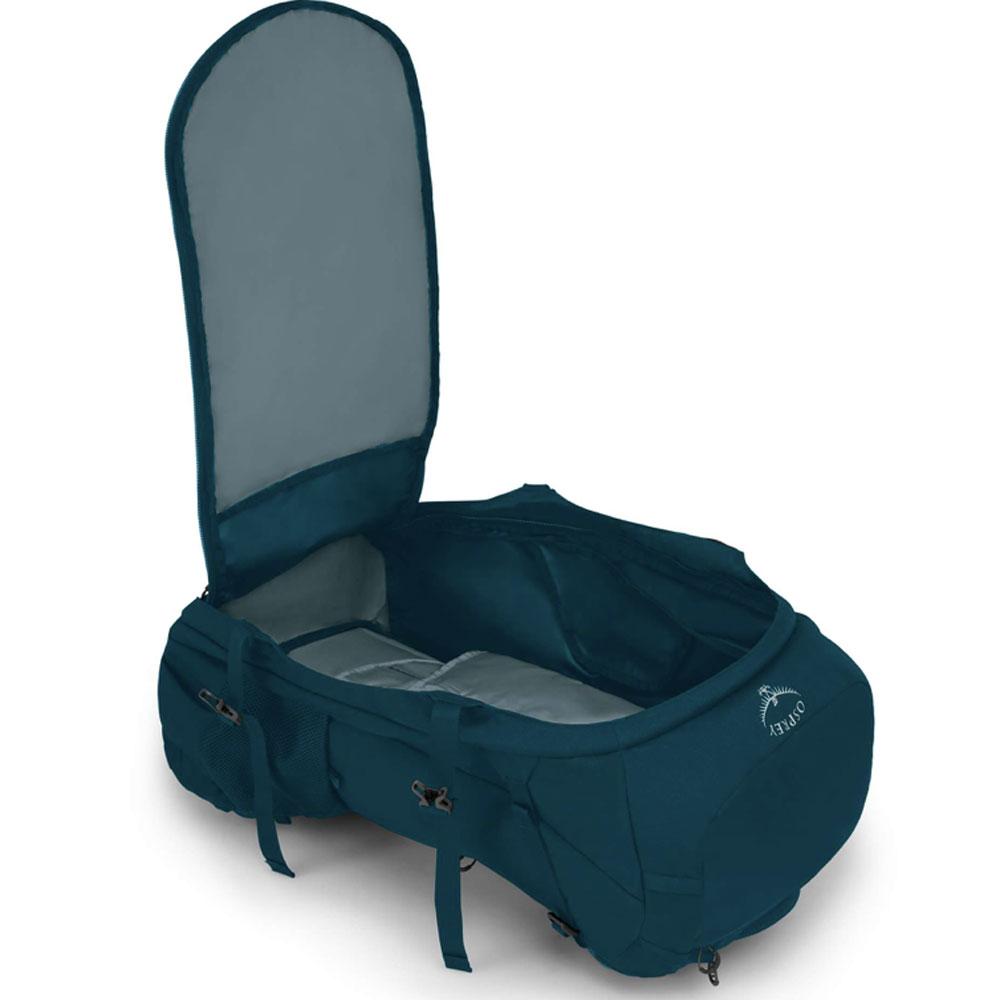 Ein geöffneter Kofferrucksack als Reisegepäck