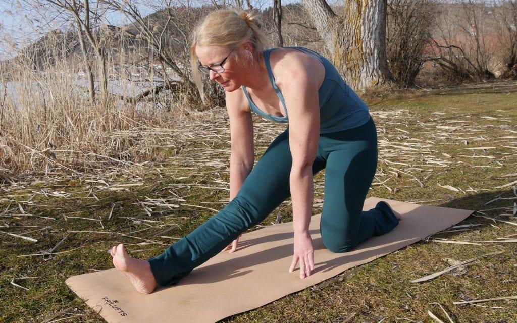 Yoga-Übungen für Anfänger. Kniestand mit aufgestellter Ferse