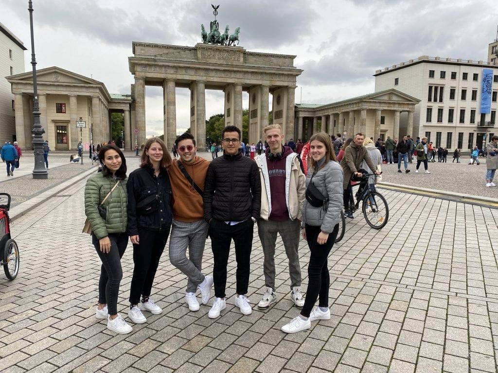 Ein Bild von den Azubis vor der Brandenburger Tor