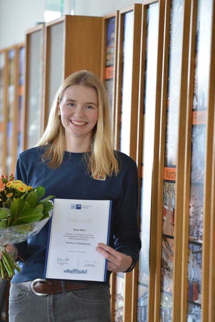 Ein Bild von Stina mit ihrem Zertifikat