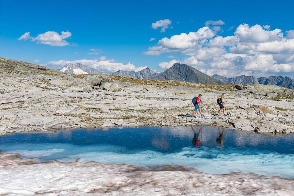 Wanderer auf dem Tauernhöhenweg in Kärnten.