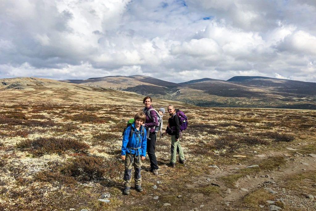 Familienbild beim Wandern im Fjell in Norwegen.