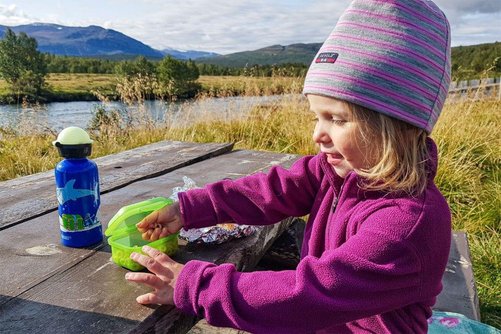 Mädchen beim Picknick in Gjendesheim, Norwegen