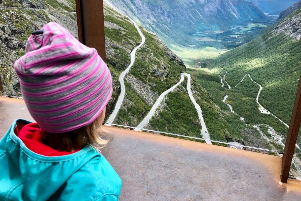 Mädchen blickt auf den Trollstigen in Norwegen.
