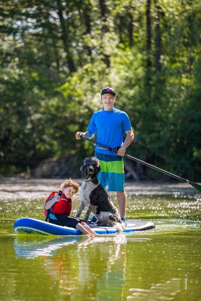 SUP-Guide-Autor Jens Klatt mit Kind und Hund auf SUP