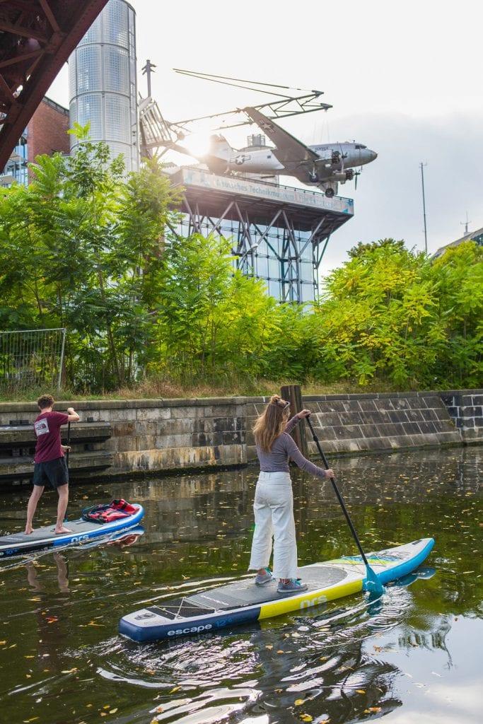 SUP-Paddler auf dem Landwehrkanal