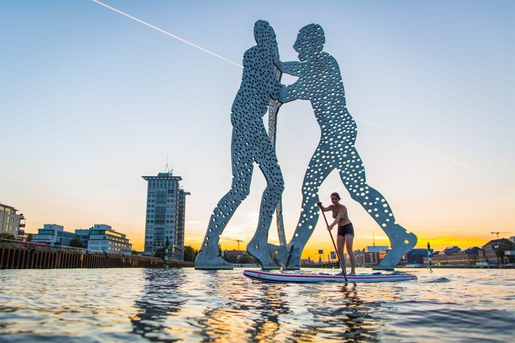 SUP-Paddlerin vor Molecule Man in Berlin