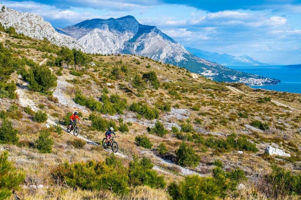 Biken mit Meerblick oberhalb von Omisauf extra angelegten Trails.