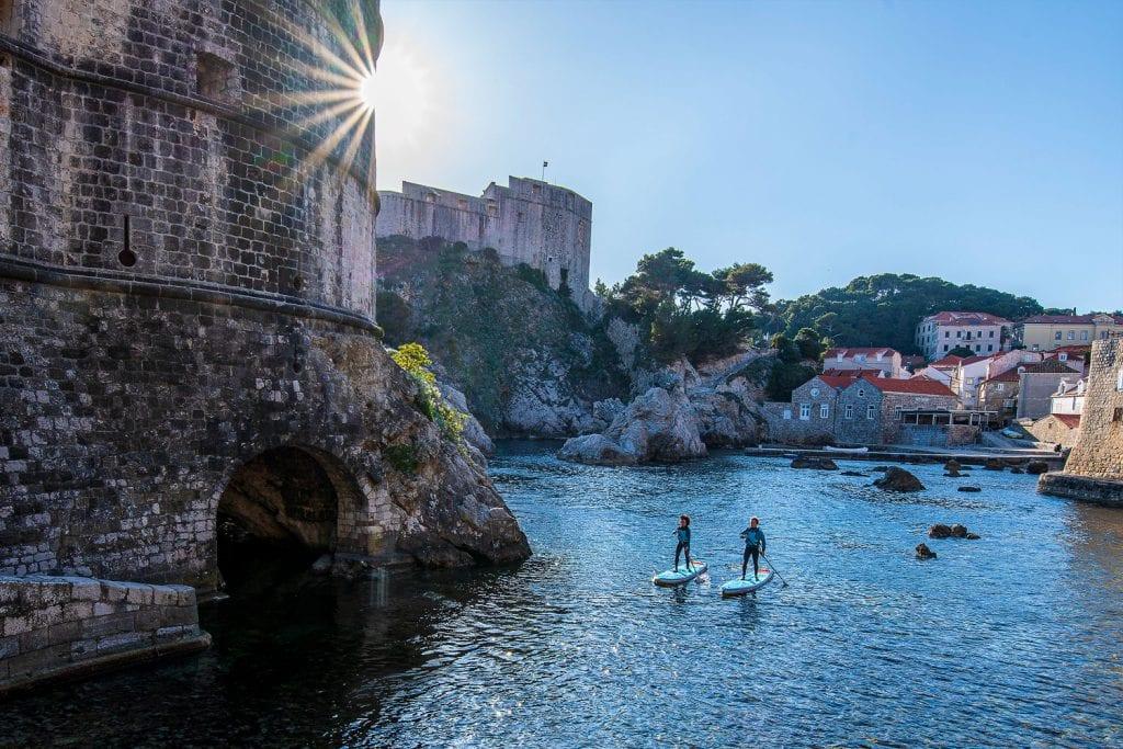 Zwei SUP-PaddlerInnen im Hafen von Dubrovnik.