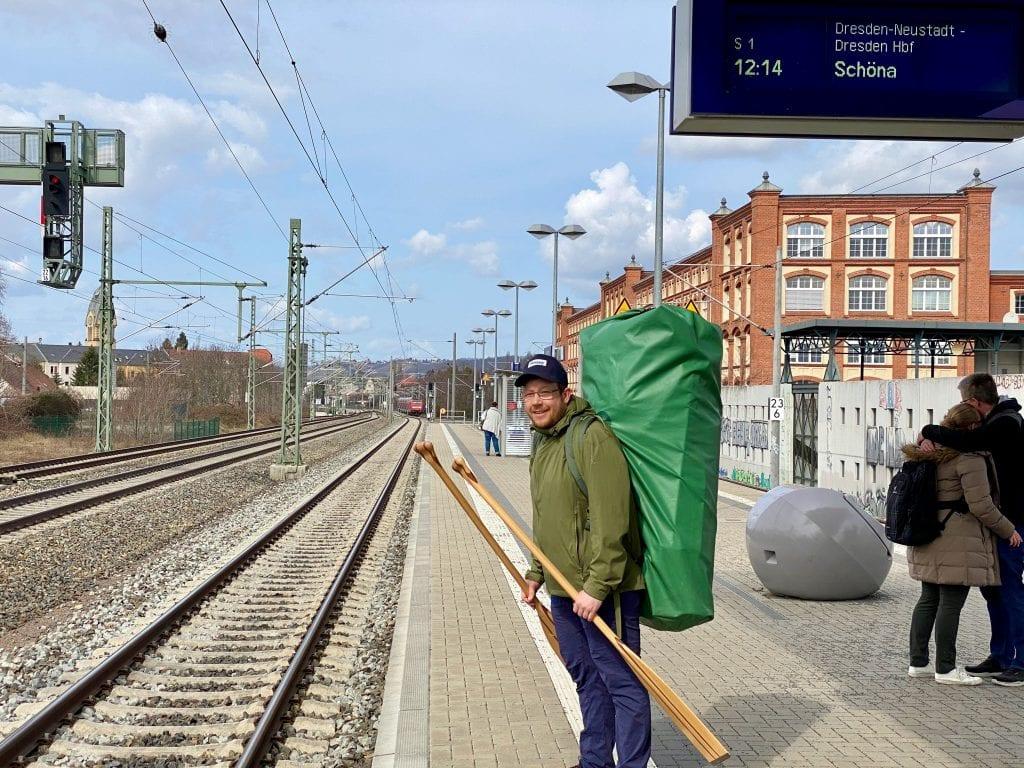 Simon mit dem Faltkanadier am Bahnhof.