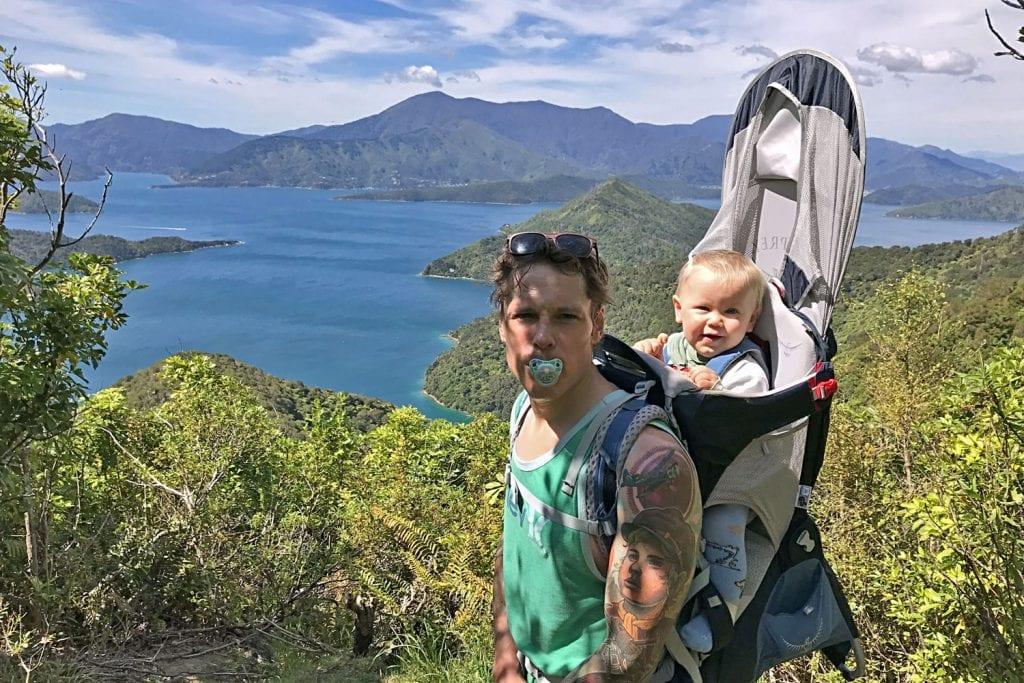 Mit Kinderkraxe auf dem Queen Charlotte Track in Neuseeland