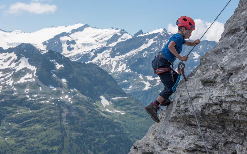 Tälli Klettersteig Kind klettert