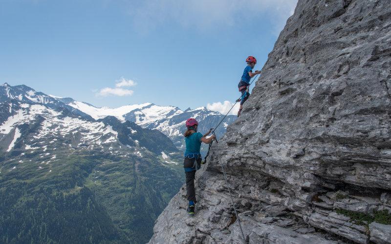Tälli Klettersteig zwei Kinder am Berg